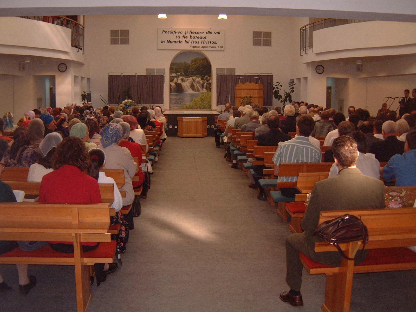 FRATII SI SURORILE ASTEAPTA INCEPEREA SERVICIULUI DE BOTEZ - 22 AUGUST 2003
