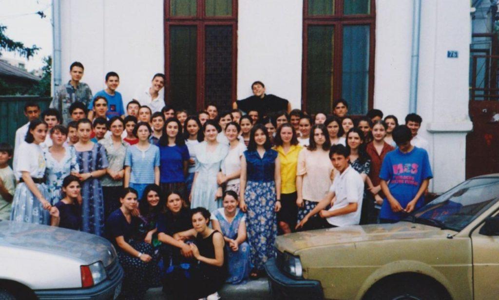ADOLESCENTI CRESTINI DUPA EVANGHELIE IN FATA VECHII BISERICI DRAGOS VODA DIN BUCURESTI (1999)