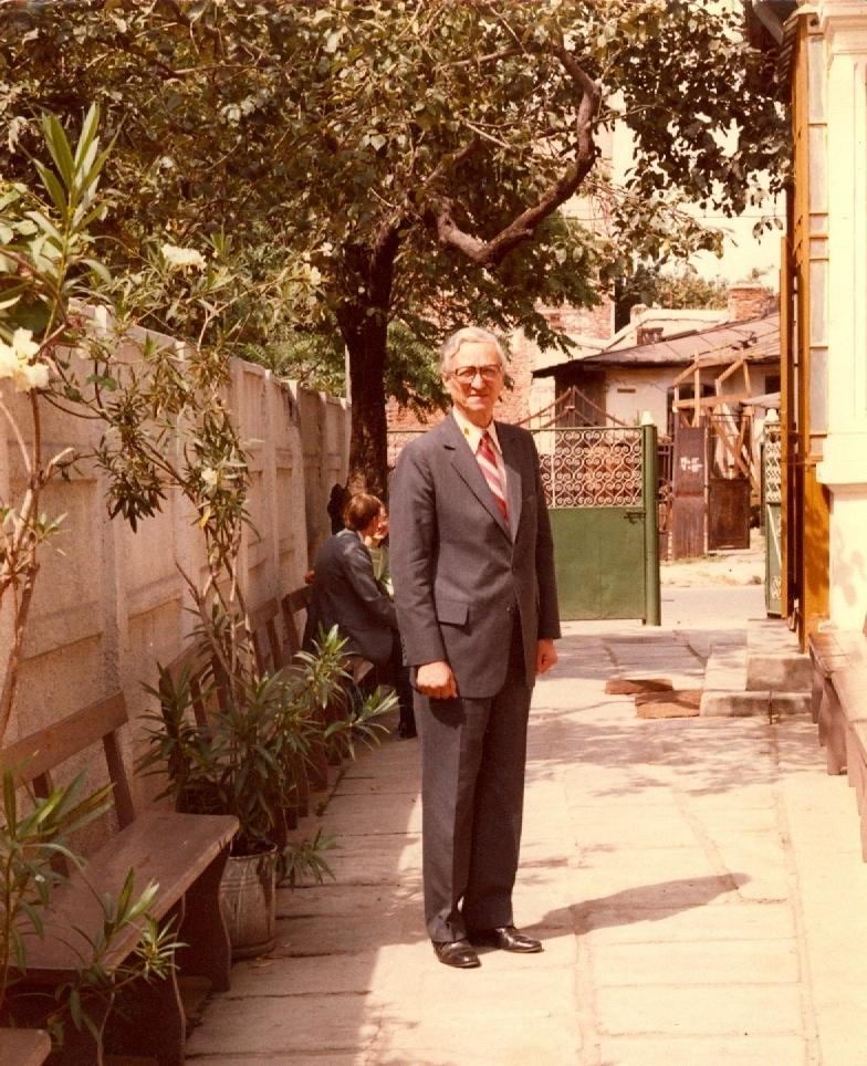 FRATELE GHEORGHE GIUROIU (1914-1986) ÎN CURTEA VECHII BISERICI DRAGOȘ VODĂ DIN BUCURESTI