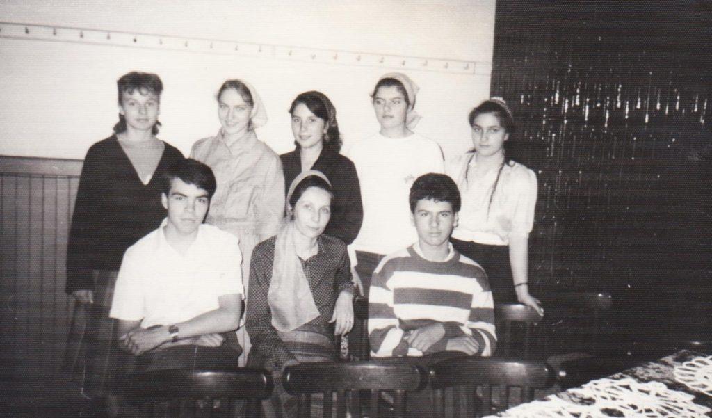 SIMONA CIUCUR CU GRUPUL DE ADOLESCENTI IN VECHEA BISERICA CRESTINA DUPA EVANGHELIE DRAGOS VODA DIN BUCURESTI IN ANUL 1990
