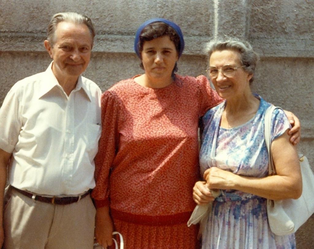 STELA GIUROIU IMPREUNA CU SOTII VLADIMIR SI OLGUTA LETSCHI LA VECHEA BISERICA CRESTINA DUPA EVANGHELIE DRAGOS VODA DIN BUCURESTI IN AUGUST 1988