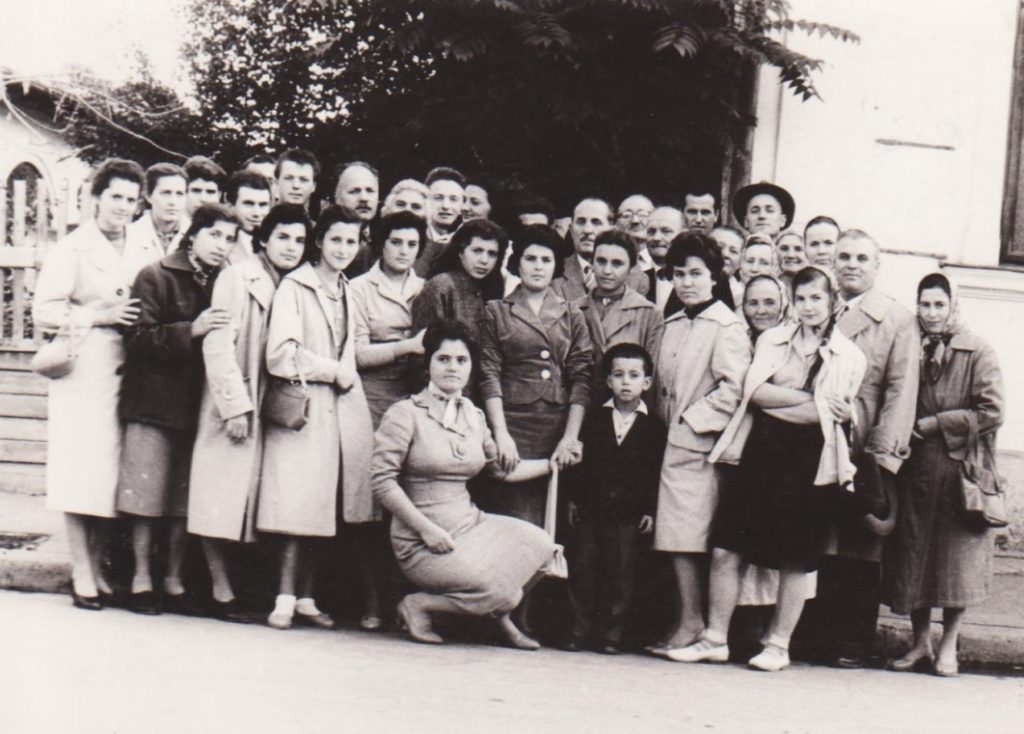 TINERI DIN VECHEA BISERICA CRESTINA DUPA EVANGHELIE DRAGOS VODA DIN BUCURESTI IN OCTOMBRIE 1961
