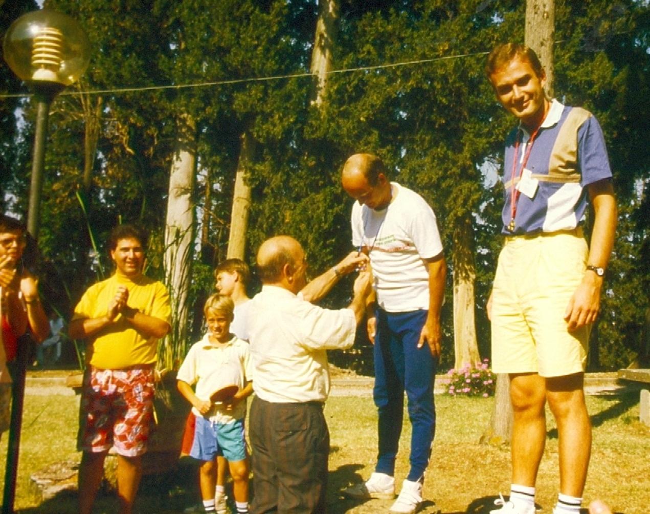 FRATELE GIONA PRENCIPE PREMIAZA PE STEFAN BENEDEK IN CENTRUL EVANGHELIC POGGIO UBERTINI DIN ITALIA 1990