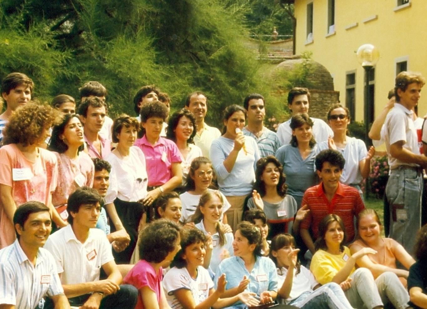 TINERI CRESTINI DUPA EVANGHELIE DIN VECHEA BISERICA DRAGOS VODA DIN BUCURESTI IN VIZITA LA FRATII ITALIENI DIN POGGIO UBERTINI IN 1990