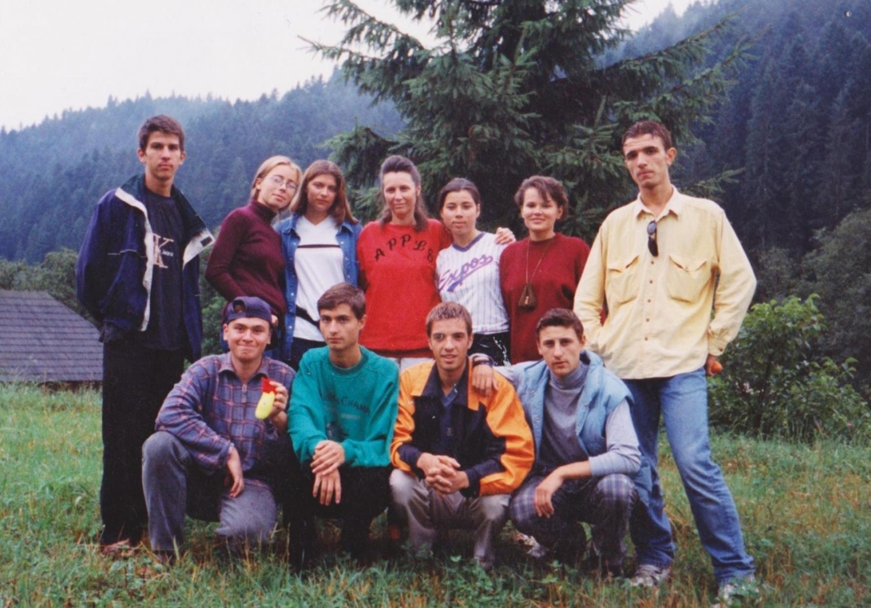 SIMONA CIUCUR CU CATIVA TINERI DIN VECHEA BISERICA CRESTINA DUPA EVANGHELIE DRAGOS VODA LA SUCEVITA IN 1998