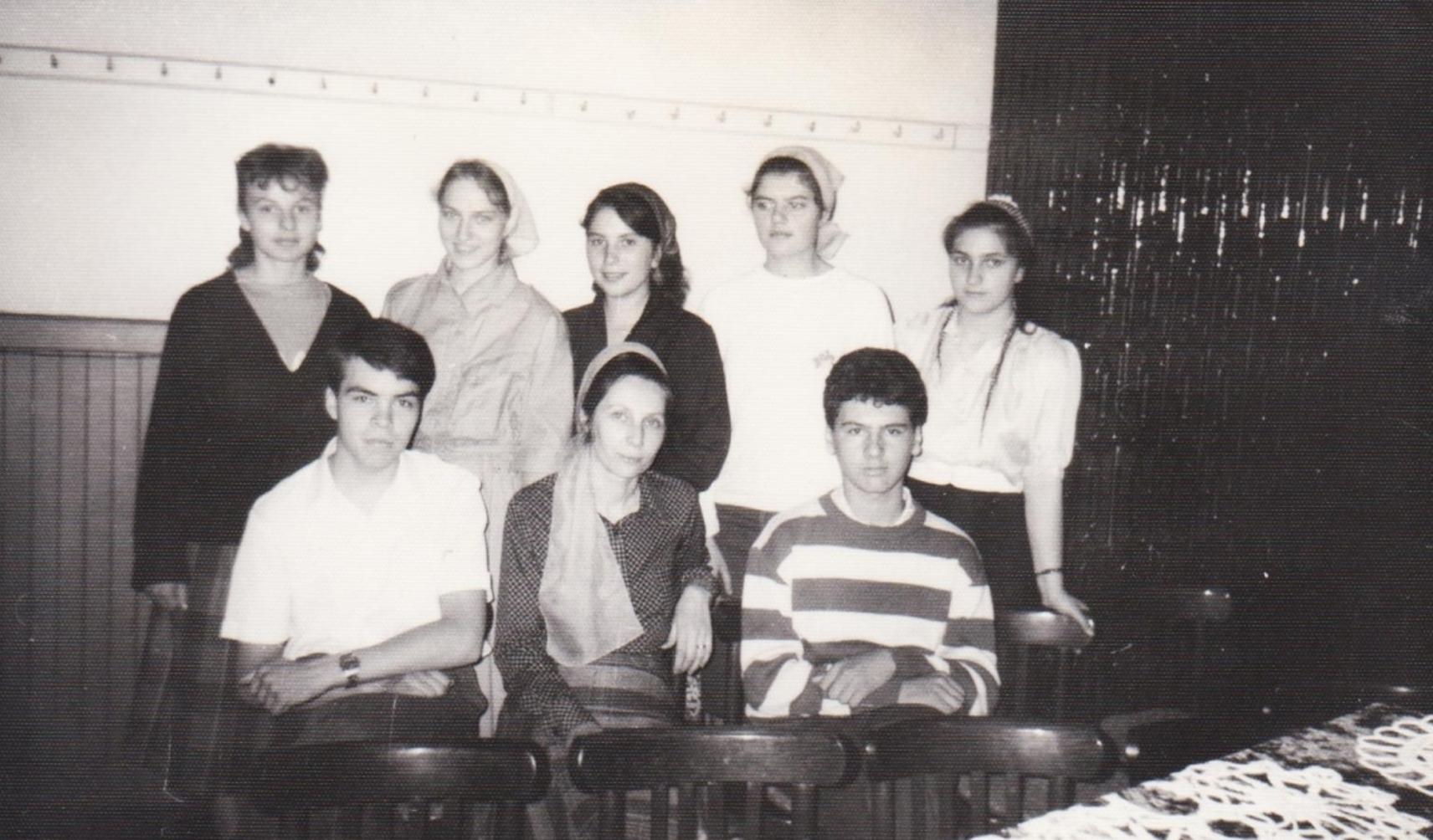 SIMONA CIUCUR CU TINERI DIN VECHEA BISERICA CRESTINA DUPA EVANGHELIE DRAGOS VODA BUCURESTI 1990