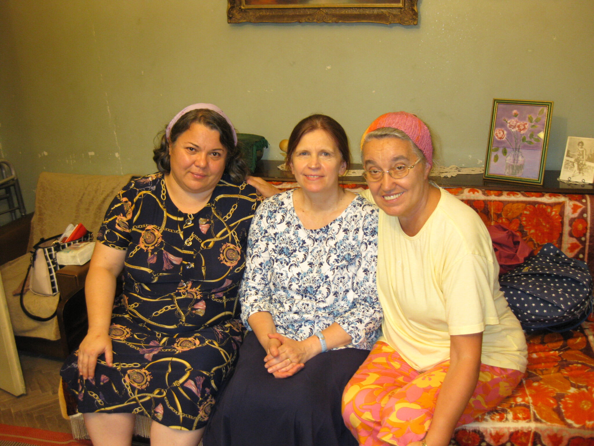 SURORILE ADINA, MARIANA SI LIDIA IN VIZITA LA TANTI DORICA SAULEA CARE A IMPLINIT 90 DE ANI
