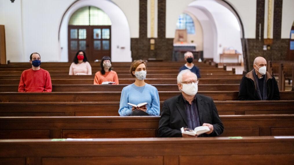 CREDINCIOSII SUNT OBLIGATI SA RESPECTE DISTANTA FIZICA DE MINIMUM UN METRU ATUNCI CAND SE AFLA IN BISERICA